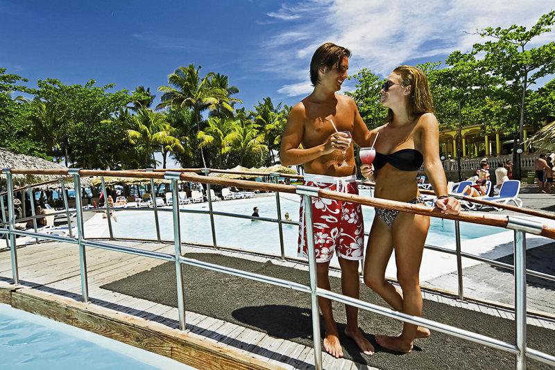 Paar am Pool im RIU Clubhotel