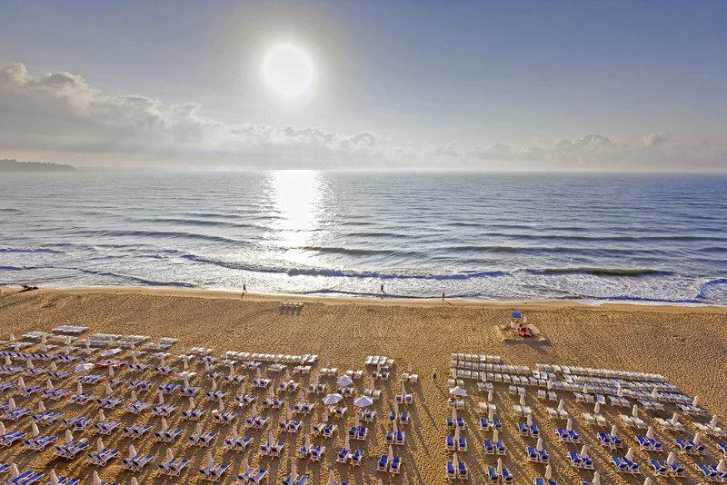 Liegen am Strand im Sol Luna Hotel